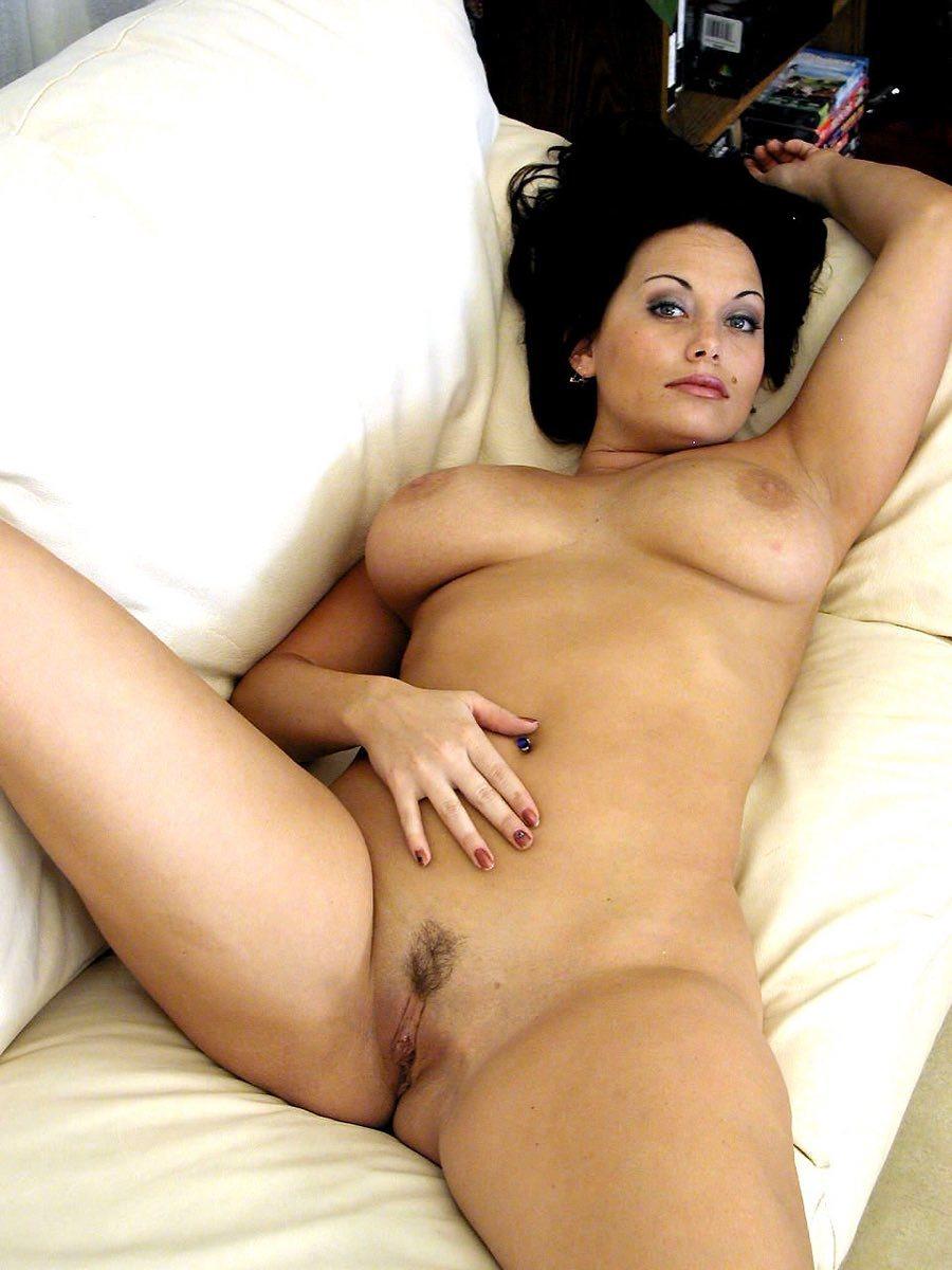 piercing gorge femme pulpeuse nue
